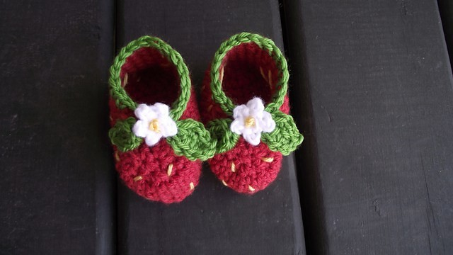 strawberry-booties-a-free-pattern
