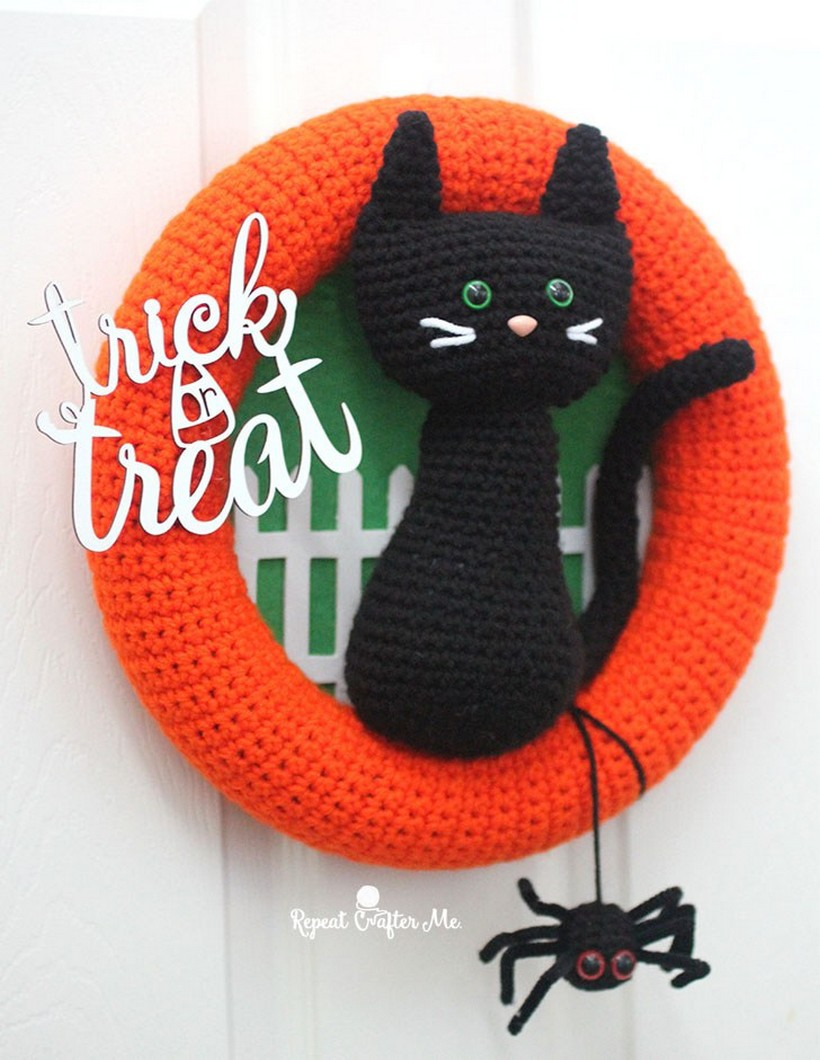 crochet-halloween-black-cat-wreath