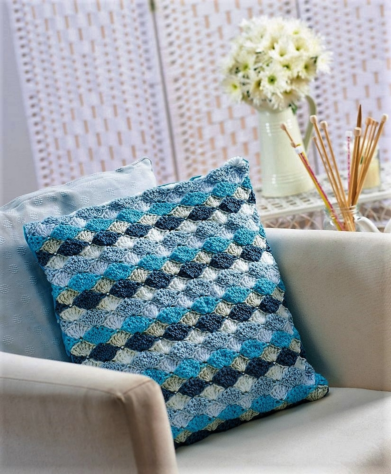 fan-stitch-crochet-cushion